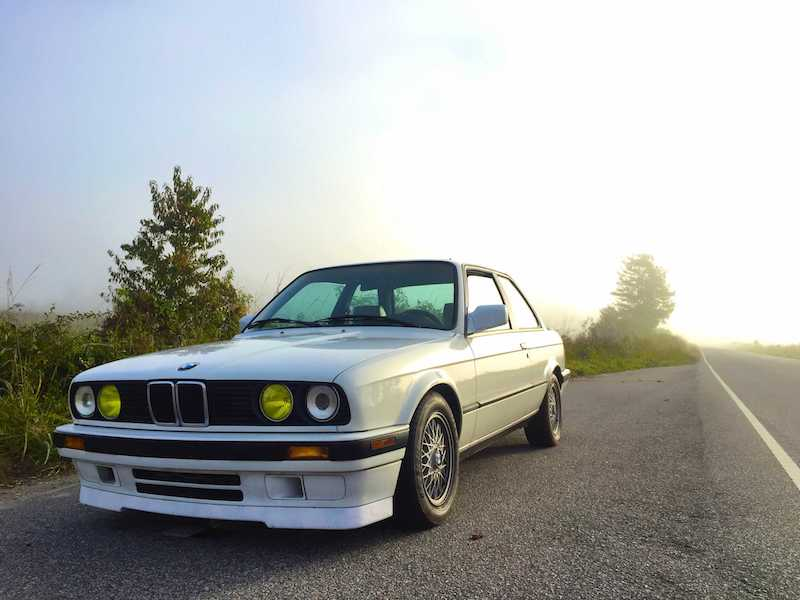 BMW E30 alpine white french yellow headlights